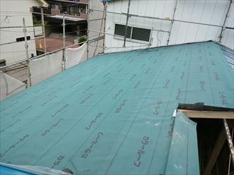 足立区で横暖ルーフへ屋根葺き替え工事、アスファルトルーフィングの設置