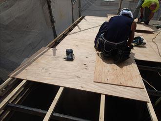 足立区で横暖ルーフへ屋根葺き替え工事、腐食部分を取り除き、補強