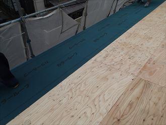 足立区で横暖ルーフへ屋根葺き替え工事、防水紙の敷設