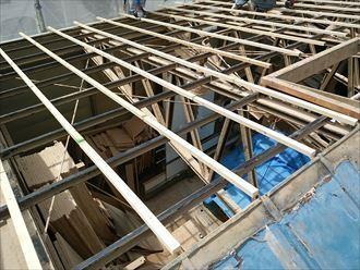 足立区の工場屋根葺き替え工事、木材の設置