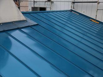 足立区で横暖ルーフへ屋根葺き替え工事、ガルバリウム波板設置完了