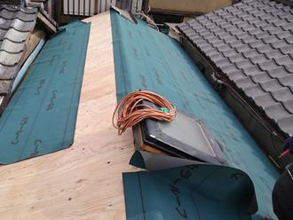 荒川区で横暖ルーフへ屋根葺き替え工事、防水紙の敷設