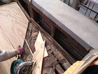 荒川区で横暖ルーフへ屋根葺き替え工事、腐食が酷かったパラペット部分