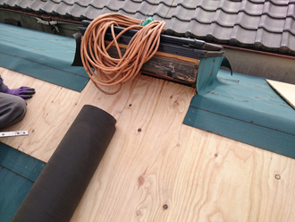 荒川区で横暖ルーフへ屋根葺き替え工事、アスファルトルーフィングの設置