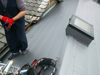 荒川区で横暖ルーフへ屋根葺き替え工事、ガルバリウム波板設置完了