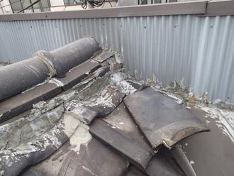 荒川区で横暖ルーフへ屋根葺き替え工事、モルタルやコーキングがびっしり