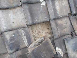荒川区で横暖ルーフへ屋根葺き替え工事、差し替えられている瓦