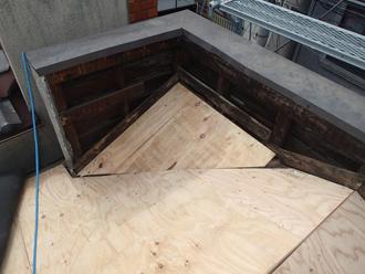 荒川区で横暖ルーフへ屋根葺き替え工事、腐食部分を取り除き、補強