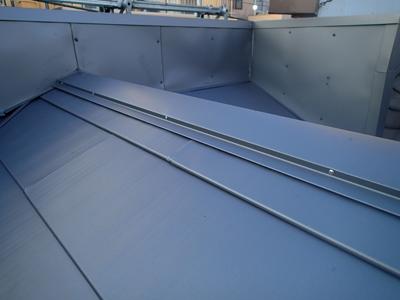 荒川区で瓦屋根から横暖ルーフハイブリッドへの葺き替え完工後、棟部分