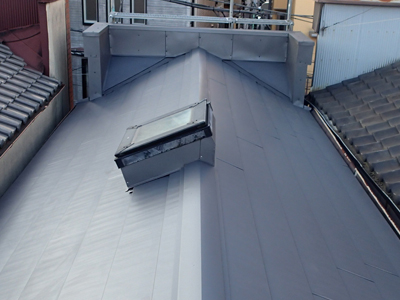 荒川区で瓦屋根から横暖ルーフハイブリッドへの葺き替え完工後