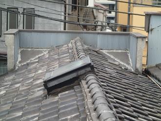 荒川区で瓦屋根から横暖ルーフハイブリッドへの葺き替え施工前
