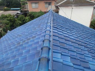 東村山市栄町で訪問業者に不具合を指摘された瓦屋根を調査、棟の微妙な曲がりと漆喰の傷みを確認
