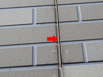 新宿区 屋根カバー工法前の点検 目地のコーキングが痩せて隙間ができている