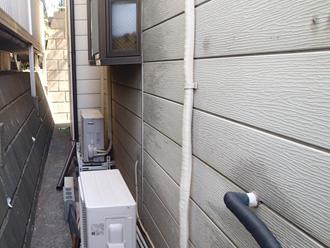 台東区 屋根葺き替え工事前の点検 外壁はチョーキング(白亜化)が発生している