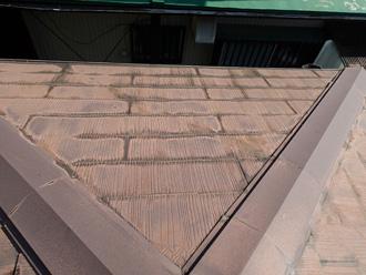 台東区 屋根葺き替え工事前の点検 スレートが色褪せしている