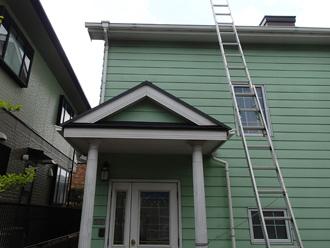 豊島区 屋根リフォーム前点検 梯子を使って屋根に上る