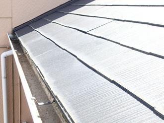 東京都北区 アパートの屋根塗装前の点検 スレート表面が色褪せしている