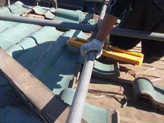新宿区でD'sルーフィングを使った屋根葺き替え 屋根材を一枚ずつ丁寧に外す