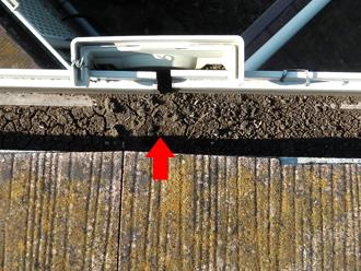 豊島区 屋根葺き替え工事前の点検 雨樋に土砂が溜まっている