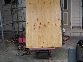 新宿区でD'sルーフィングを使った屋根葺き替え コンパネを荷揚げ機で屋根に運ぶ