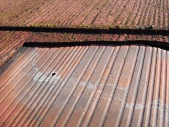 豊島区 屋根カバー工法前の点検 スレートが外れている