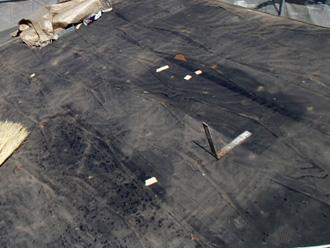 東京都北区 屋根葺き替え工事 屋根材が撤去され防水紙が見えている