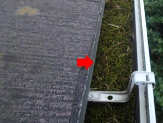 板橋区 屋根葺き替え前の点検 軒樋に葉が溜まっている