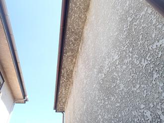 千代田区 外壁の塗膜に撥水性がなくなり汚れが付着している