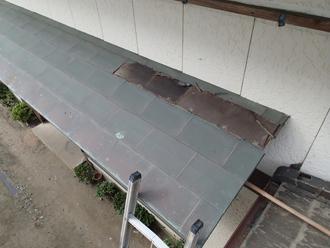 庇の屋根材剥がれ