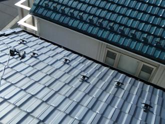 新宿区で瓦屋根に雪止め金具を後付けしました