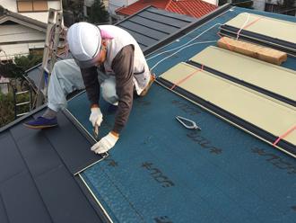 屋根の葺き替え、屋根材の設置