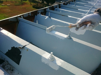折半屋根に錆止め塗布