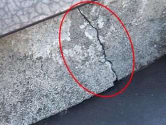 台東区 棟の漆喰がひび割れしている