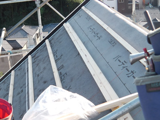 墨田区 屋根葺き替え工事 防水紙の設置