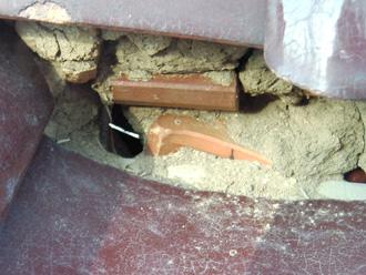 江東区 漆喰が剥がれているお住まいの点検 漆喰が剥がれて土が出てきている