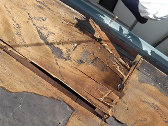 文京区 屋根葺き替え工事 野地板が傷んでいる