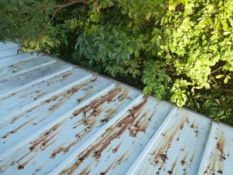 瓦棒屋根の金属のサビ