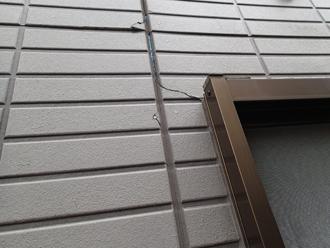 窓枠シーリングの劣化とクラックの発生