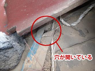 江戸川区のアパート屋根葺き替え工事の点検の様子、防水紙に穴が開いている写真