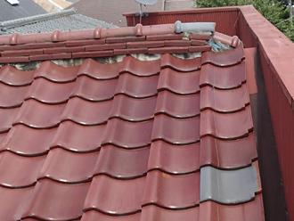 江戸川区のアパート屋根葺き替え工事の点検の様子、棟瓦が崩れている状態