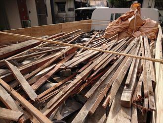 江東区で瓦屋根からコロニアルクァッドへ屋根葺き替え、瓦おろしの様子