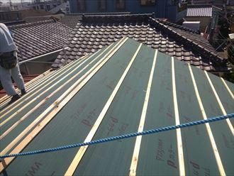 墨田区でパラペットの屋根葺き替え工事、ガルバリウム波板設置の様子