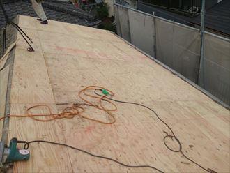 墨田区でパラペットの屋根葺き替え工事、コンパネの設置