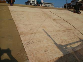江戸川区のアパート屋根葺き替え工事の工事の様子、野地板を張り増していく