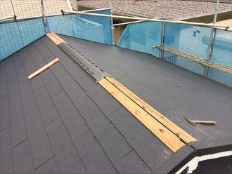 江東区でパラペットの屋根葺き替え工事、ガルバリウム波板設置の様子