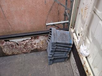 墨田区でパラペットの屋根葺き替え工事、降ろした瓦