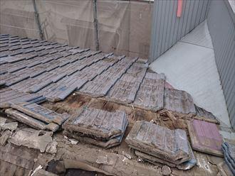 墨田区でパラペットの屋根葺き替え工事、瓦おろしの様子