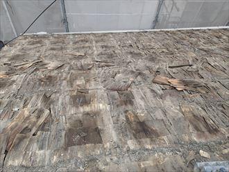 墨田区でパラペットの屋根葺き替え工事、杉皮が劣化してボロボロに