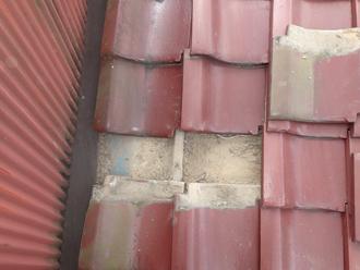 江戸川区のアパート屋根葺き替え工事の点検の様子、数枚瓦を剥がしてみた写真