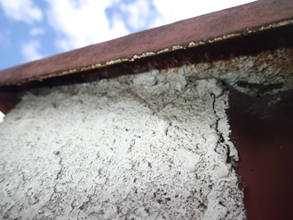 江戸川区のアパート屋根葺き替え工事の点検の様子、パラペットの笠木に水分が通った後